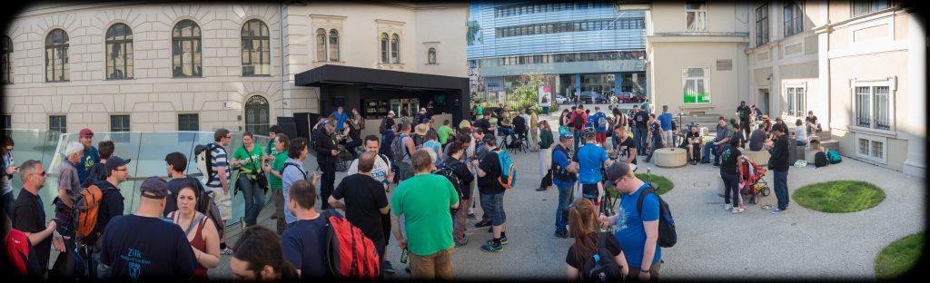 Gruppenfoto Joanneumsviertel Innenhof - Foto: http://amne.sieht.at